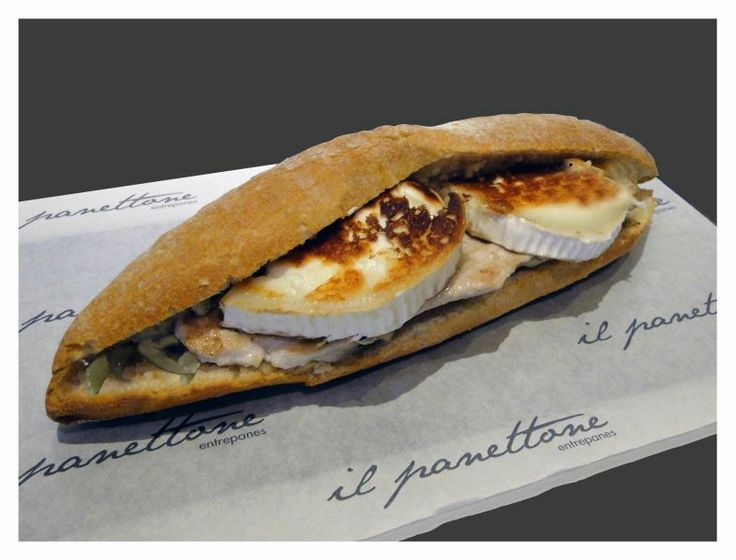 Bocadillo de pechuga de pollo a la plancha con queso rulo de cabra y cebolla confitada