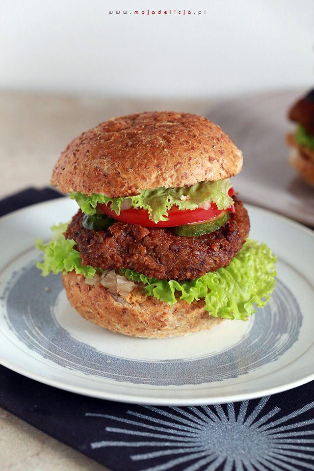 Wegetariańskie burgery z czarnej fasoli i komosy ryżowej, z kalafiorowym hummusem i reliszem cebulowym