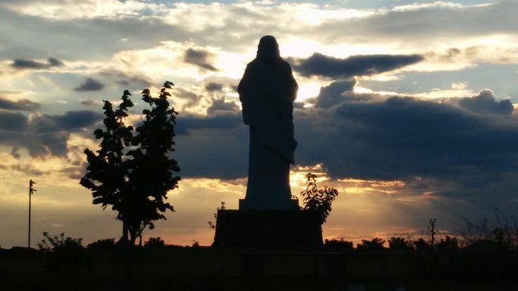 Tarcali naplemente az Áldó Krisztus szobor mögül
