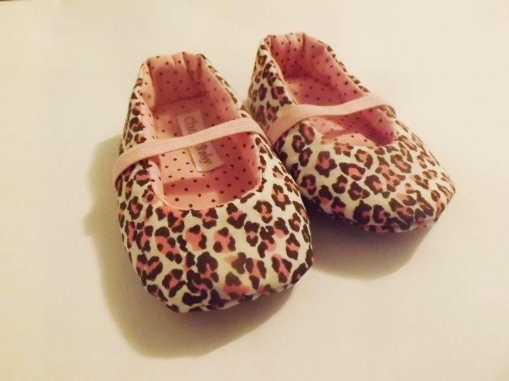 Sapatinho de bebê de oncinha rosa estilo sapatilha em tricoline todo forrado e estruturado com manta resinada, com acabamento perfeito, sem costura aparente . Com elástico para segurar melhor no pé do bebê. <br> <br>Modelo personalizável. Pode ser feito em outras padronagens, inclusive para meninos, com outros detalhes e no tamanho desejado. <br> <br>Recomenda-se medir a planta do pé do bebê e nos enviar para indicarmos o tamanho adequado. <br> <br>Obs: Consulte a tabela de numeração para…