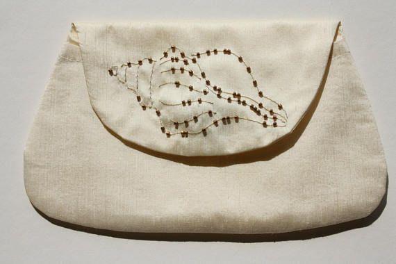 Handgemaakte ivoor tasje met geborduurde zeeschelp en goud /