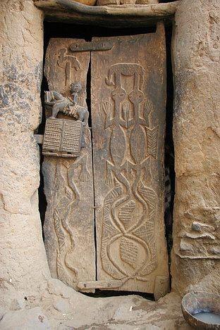Entrée des artistes ! / Porte Dogon avec une serrure en bois sculpté. / . / Dogon door with a carved door lock. / Mali.