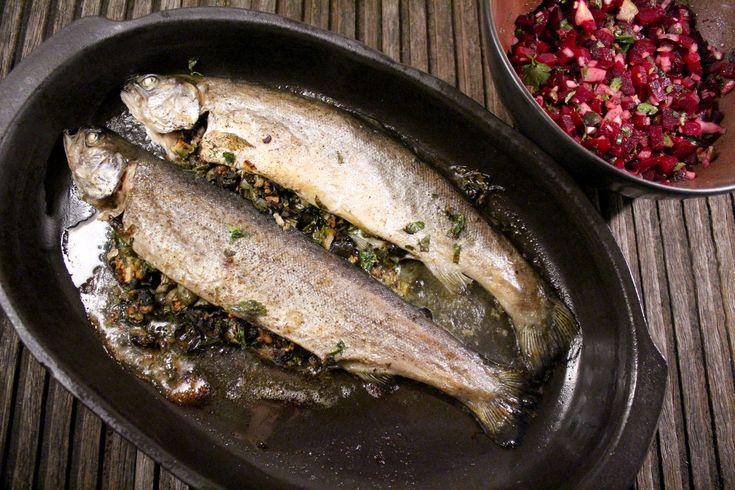 Forel is een gezonde vette vis die de nodige omega-3-vetzuren bevat. Gezond recept om in de oven klaar te maken. Gevulde forel uit de oven is makkelijk en snel klaar.