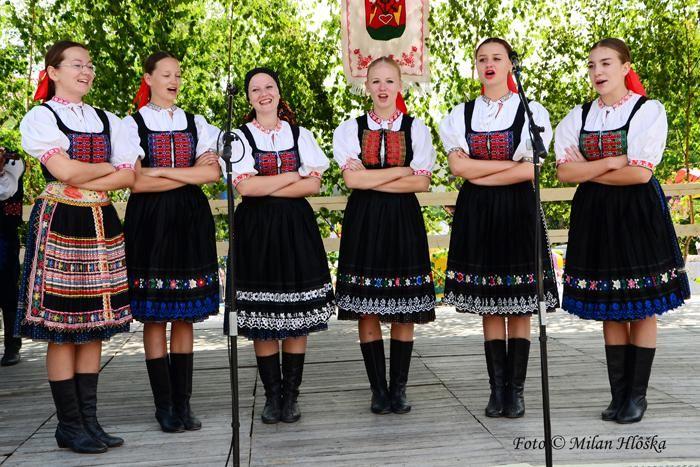 Maličká obec v Štiavnických vrchoch, v dolinke učupená, akoby pod ochranou neďalekého majestátneho Sitna bola v sobotu 20.júla 2013  hostiteľkou a organizátorkou tradičných Podsitnianskych folklórnych slávností.