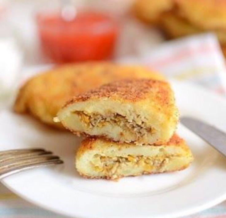 Картофельные зразы с грибами  Время приготовления: 45минут Вам потребуется:  Для теста: мука яйцо панировочные сухари Основой блюду служит картофель очищенный, отваренный и размятый в пюре. Сколько надо? Ну, сколько съедите.  Для начинки: грибы лук морковь соль, перец  Как готовить:  1. Картофель разминаем, пока он горячий, добавляем соль, пару ложек растительного масла и оставляем остывать. Можно не до полного остывания, но, в любом случае, чтобы в нём не свернулось яйцо и не обожглись…
