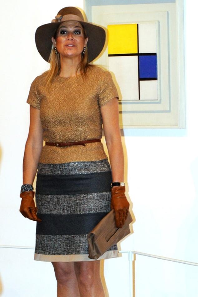 Máxima consigue dar un toque 'trendy' a su 'look' gracias al uso de complementos como sombreros, cinturones o guantes.
