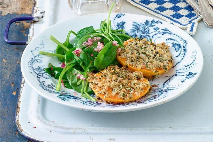 Kürbis-Schnitzel auf Spinatsalat - Schnitzel ohne Fleisch? Probieren Sie das Kürbis-Schnitzel heiß aus dem Ofen mit einer Panade aus veganem Semmelmehl.