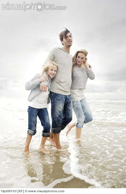 Young family on beach in autumn 19pt0011rf
