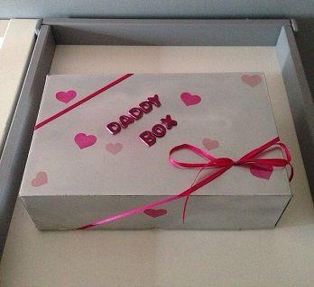 Avec un peu beaucoup de retard, Talia n'a que 6 mois après tout !!! Je vous présente la daddy box, que j'ai préparé en cachette de chéri les derniers mois de ma grossesse, afin de lui offrir à la m...