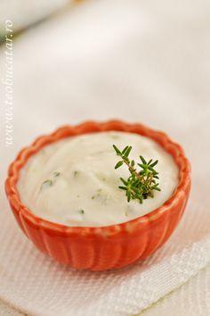 Acest sos de usturoi cu smantana este un sos cremos, consistent, usor acrisor si cu puternica aroma de usturoi si patrunjel, putand fi servit la fripturi de orice gen
