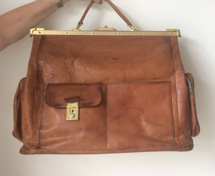 Beautiful vintage brown or cognac colored leather travelbag or weekender by MORETHANVINTAGENL on Etsy