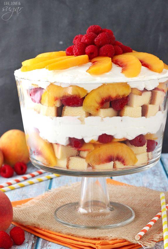 Pfirsich Himbeere Sangria Trifle - Pfirsiche in Weißwein getränkt sind, dann mit Himbeeren geschichtet, Pfund Kuchen und frischer Sahne!  Eine leichte und einfache Sommer Dessert!