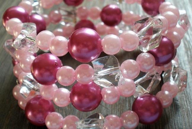 Viacradový náramok na pamäťovom drôte s akrylovými perličkami vo svetlo ružovej a fuchsiovej s čírymi kryštálikmi.  Univerzána veľkosť.
