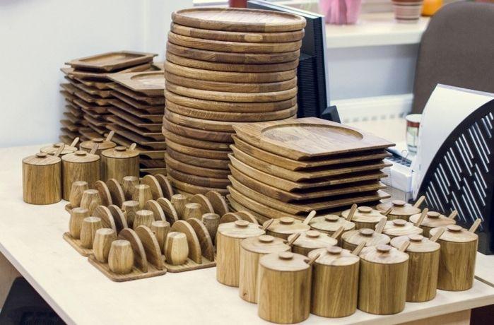 Набор деревянной посуды. Подставка под сковороду (24 см), блюдо деревянное для холодных закусок, подставка под столовые приборы, набор для специй (соль перец), держатель для салфеток и зубочисток и сахарница с деревянной ложкой. Вся посуда изготовлена из массива дуба. Покрытие - масло для пищевых поверхностей.