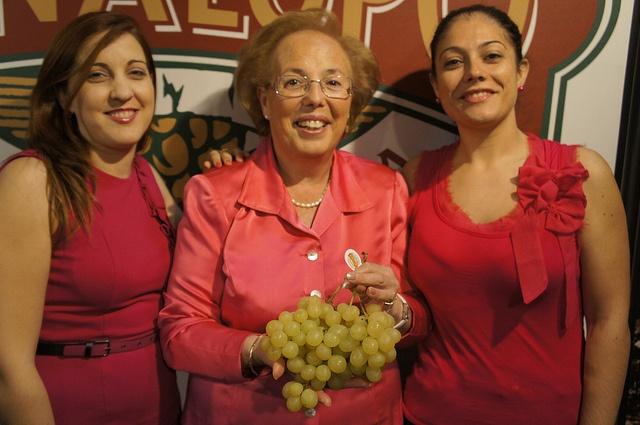 CHICAS VESTIDAS CON EL COLOR FUXIA    Tres amigas que comparten amistad y el buen gusto de vivir en el valle del Vinalopó    #grape #recetas #uva #vinalopo #denominacion de origen #spain #alicante