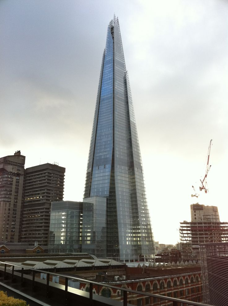 """ROYAUME-UNI - LONDRES - """"The Shard"""" anciennement """"The London Bridge Tower"""", est un gratte-ciel de bureaux et de logements de luxe situé face à la City.  Réalisation de l'architecte Renzo Piano. Inauguré le 5 juillet 2012 et ouvert au public le 01/02/2013."""