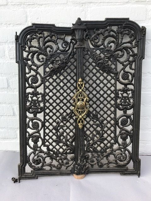Twee gietijzeren deurtjes als scherm voor een openhaard - Frankrijk - ca. 1880 Set van twee stuks gietijzeren deurtjes prachtig gedecoreerd. Met bronzen decoratief ornament op één van de deuren.Een deurtje is in het verleden deskundig gerestaureerd. Foto's completeren deze beschrijving. Afmetingen:Hoogte 63 cmTotale breedte: ca. 51 cm Kavel wordt op verzoek en risico van de koper zorgvuldig verpakt en aangetekend verzonden. EUR 1.00 Meer informatie