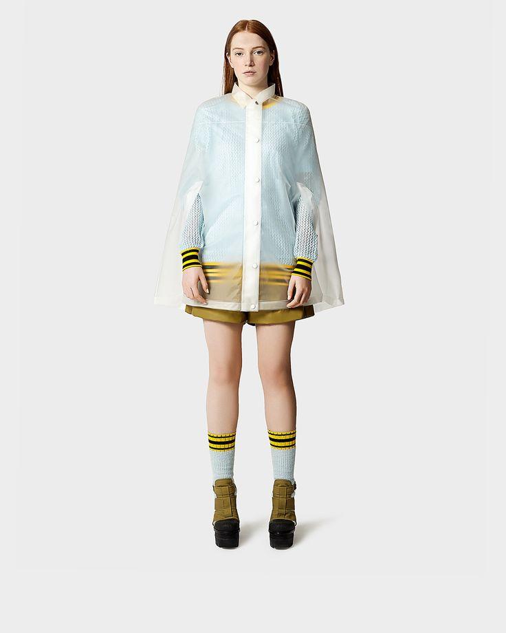 Esta capa impermeable para mujer de nuestra colección de otoño/invierno 2014 está elaborada a partir de poliuretano con costuras soldadas.