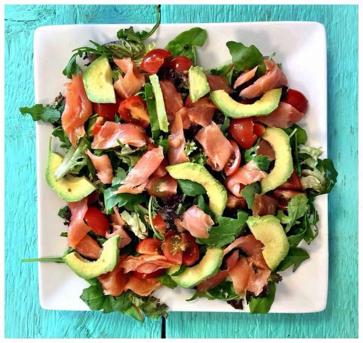 Heerlijke lunch! Sla, tomaatjes, avocado en zalm! www.sonjabakker.nl