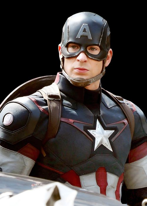 OMG, IT'S CAP IN HIS ULTRON-MOVIE UNIFORM!!!  8D