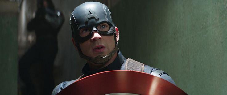 Captain America: Civil War : Photo Chris Evans Cette nouvelle donne provoque une scission au sein de l'équipe : Steve Rogers reste attaché à sa liberté de s'engager sans ingérence gouvernementale, tandis que d'autres se rangent derrière Tony Stark, qui contre toute attente, décide de se soumettre au gouvernement...