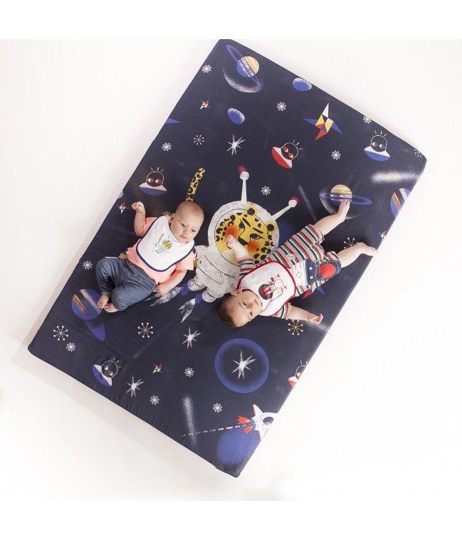 ¡YAestá aquíla nueva colección de SleepAA by Pedro Perles!Viaja al espacio con eltigre astronauta más molón del universo. Material de la funda:Algodón 100% Medidas:1 m x 1,5 m x 5 cm (grosor) Lavable:Funda desenfundable con cremallera, lavar en frío a 30º Testada:Cumple con las normas de calidad y seguridad