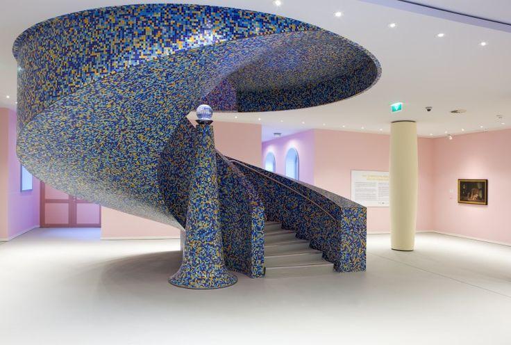 bij deze foto zijn de kleuren goed gecombineerd. de trap is helemaal met mozaiek tegeltjes beplakt.