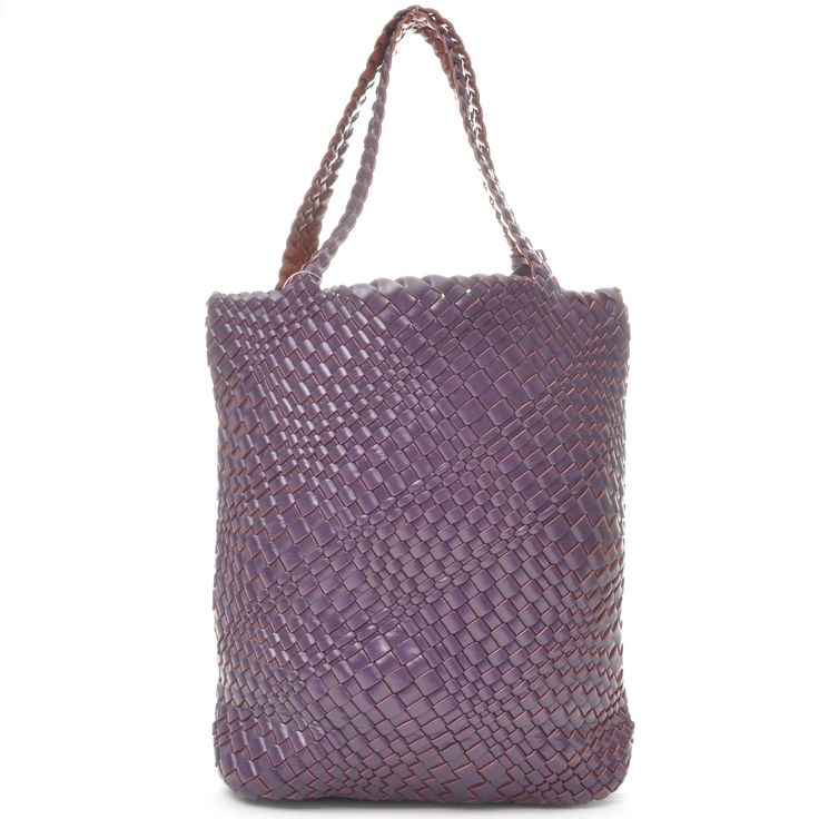 Reversible shopper in PU recyclable leather. Comes with a matching detachable clutch bag.