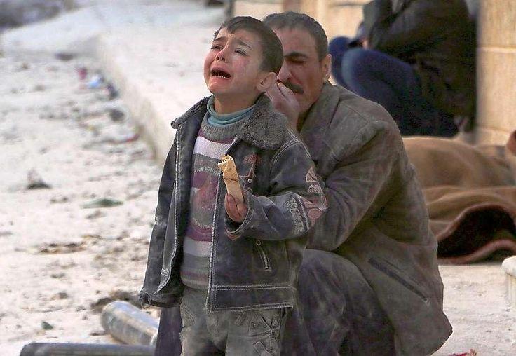 Nach einem Luftangriff in Aleppo. Ein kleiner Junge weint völlig aufgelöst. Nach Angaben von Aktivisten wurde der Luftangriff am 14. Februar 2014 von Regierungstruppen durchgeführt. Foto: Hosam Katan/rtr