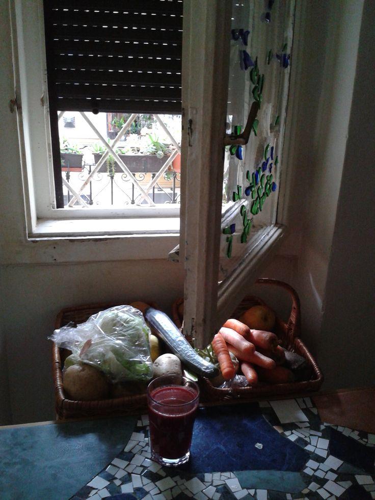 A reggelink. Our breakfast. Alma, sárgarépa, cékla, narancs és néhány szem eper. Reggelire gyümölcsprésben készített levét isszuk. (apple, carrots, beetroot, orange, strawberries)