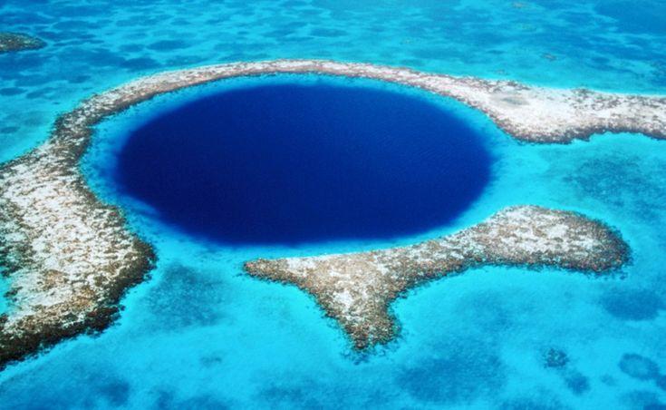 Большая голубая дыра  Белиз  Великая голубая дыра представляет собой гигантский провал у берегов Белиза. Голубая дыра образовалась путем растворения известняка, на которое повлияли морские течения. Формировалась она, по-видимому, в течение нескольких Ледниковых периодов. Дайверы всего мира собираются, чтобы отдать дань восхищения этому невероятному чуду природы.