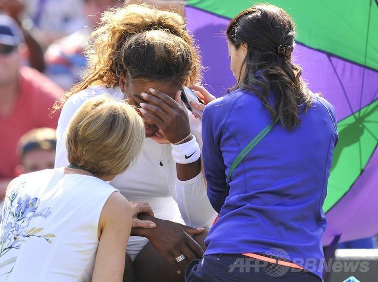 テニス、ウィンブルドン選手権(The Championships Wimbledon 2014)女子ダブルス2回戦。額に手を当てるセレーナ・ウィリアムス(Serena Williams、中央、2014年7月1日撮影)。(c)AFP/GLYN KIRK ▼2Jul2014AFP|女王セレーナ、ダブルスで涙の棄権 ウィンブルドン選手権 http://www.afpbb.com/articles/-/3019426 #The_Championships_Wimbledon_2014