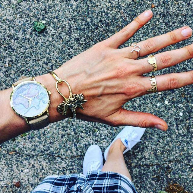 On a déniché pour vous les montres tendance et on sélectionné des montres femme au cadran original pour femme à offrir en toute occasion! Des modèlesau cadran minimaliste ou originaux vous attendent. Des idées cadeaux pour tous les budgets, des montresultra tendance et colorées.
