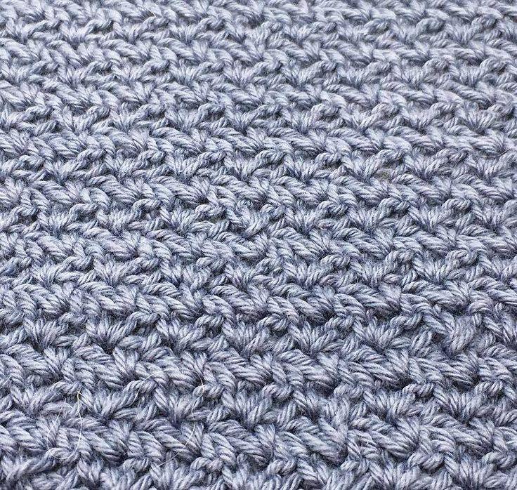 """Pileflet mønster – Wattle stitch Pilefletningmønster ( På engelsk wattle stitch) er et rigtig lækkert og enkelt mønster, det minder en del om det populære mønster grums som rigtig mange bruger til karklude mm. Mønsteret er deleligt med 3, og hæklet med fastmasker og stangmasker. Mønster guide: Start med at slå dine luftmasker op. De skal være delelige med 3. De første masker hækles i 3.lm fra nålen Hækl """"1fm, 1lm, og 1 stgm"""" i 3.lm fra nålen Spring 2 masker over Hækl """"1fm, 1lm, og 1 stgm"""" i…"""