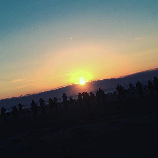 【lynnnagatsuki】さんのInstagramをピンしています。 《明けましておめでとうございます 早朝から初日の出をみにいって 太陽にエネルギーをもらいました 今年は継続の年にしたい 皆さん、よろしくお願いしますねえへへ #新年 #お正月 #初日の出 #九十九里 #海 #happynewyear #2017 #kujukuri #sunrise #keep #going》