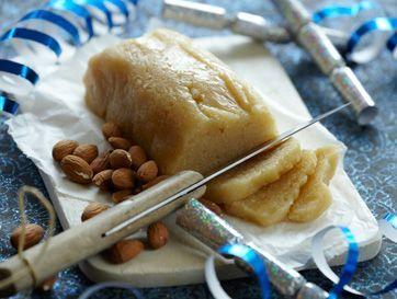 Her er smagen helt i top, en blød og lækker marcipan, der er svær at holde fingrene fra. Det er ikke mange som selv laver marcipan, og nu kan du blive en få, som ved hvordan man frembringer en vidunderlig marcipan.