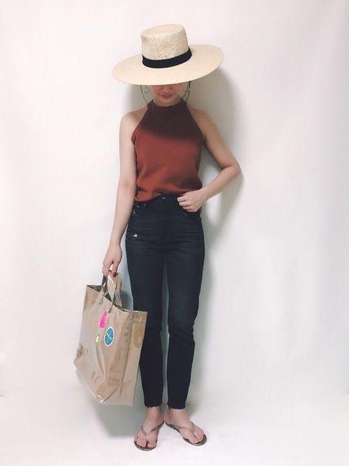 夏の旅行✈️コーデを考える日々…  日焼け防止に大っきい帽子は必須だから H&Mで買いました   テラコッタ色のタンクトップはしっかり素材で肩のラインも綺麗に見える✨