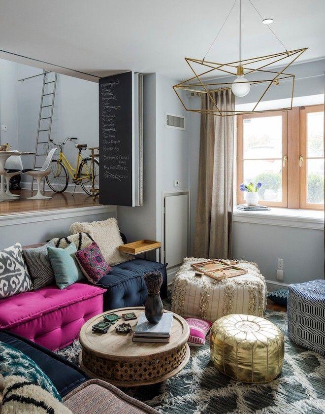 Eklektische Wohnzimmereinrichtung Mit Bodenkissen Und Pouf