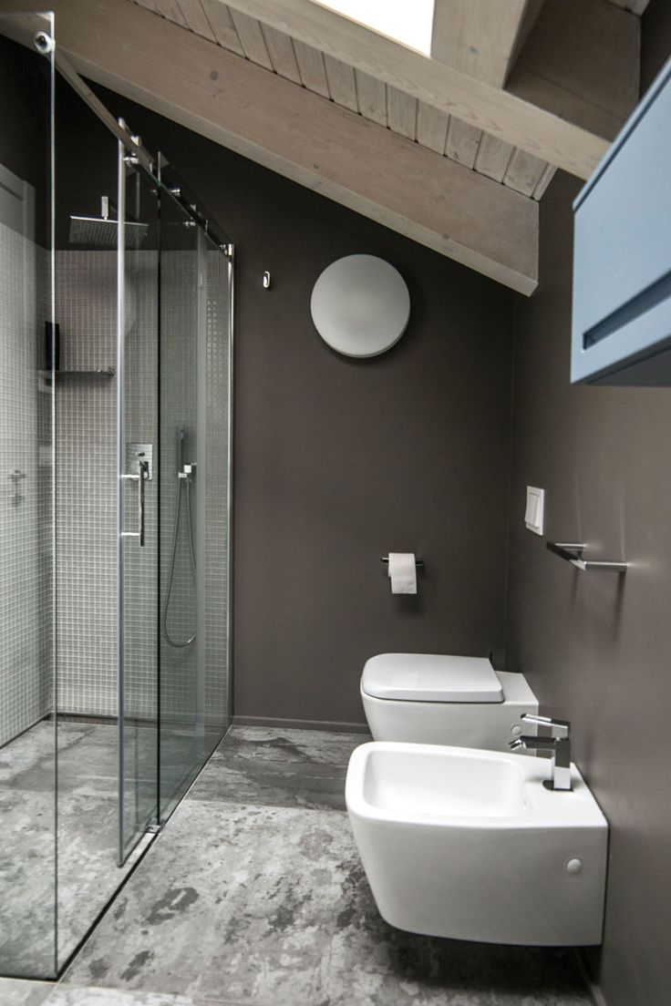 Contrasto fra il tetto in legno chiaro e le pareti scure - Vitachiara Habitat #mansarda #bathroom #beams