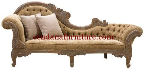 Kursi Sofa Santai Emas terbuat dari kayu mahoni yang kami sempurnakan dengan finishing emas selaras deng kain jok beludru kuning emas sehingga tampak mewah.