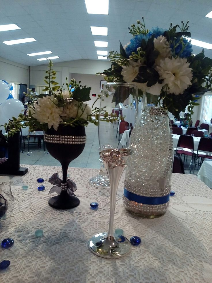 Table arrangement in blue, white and black with silver touches
