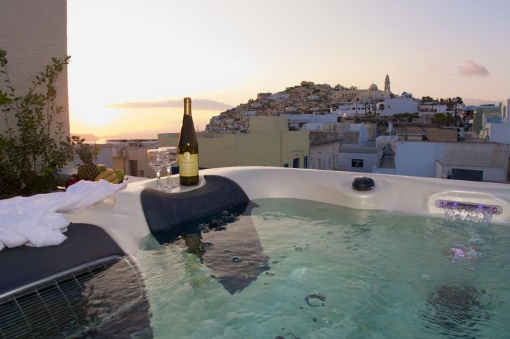 Tataki Hotel || Located in the centre of Fira Town, just 40 metres from the cliff's edge and with views of the Caldera, Tataki Hotel offers air-conditioned rooms with free Wi-Fi and balcony or terrace.