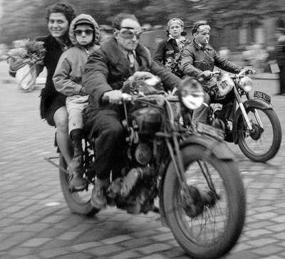 Doisneau - les motocyclistes - Paris
