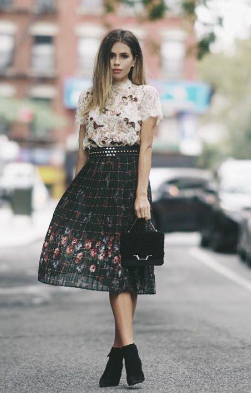 Combinación de estampados, desde la textura irregular de la blusa con un escocés con flores en la falda, donde la correa de taches corta perfecto.