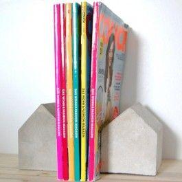 Liebevoll selbst gegossene Buchstützenhäuschen aus Beton.Jedes Häuschen ist ein Unikat und kann in Farbe und Oberflächenbeschaffenheit leicht von den Fotos abweichen.Maße: ca. 7,5 x 9,5 x 8,5 cm (B x H x T)