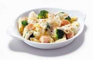 Een pastaschotel gevuld met penne rigate pasta, verse zalm, bloemkool en broccoli en natuurlijk de smaakmakende Parmezaanse kaas.