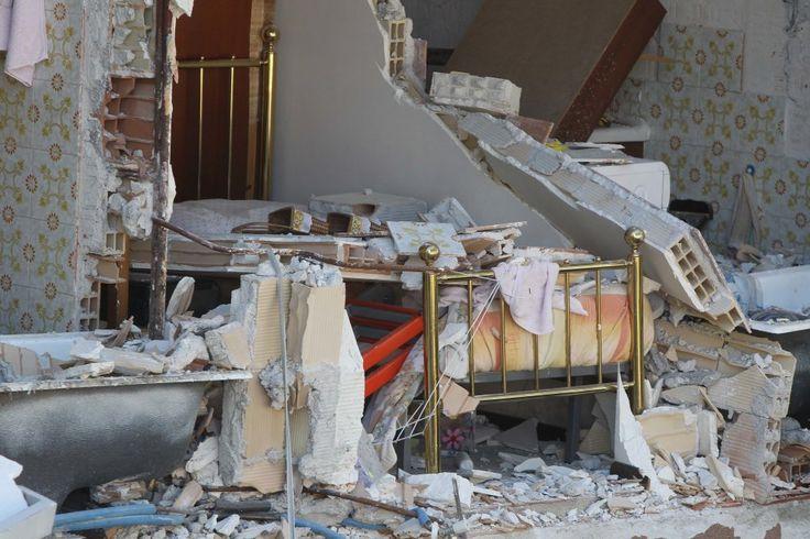 Terremoto, gli oggetti tra le macerie: quella vita che non c'è più