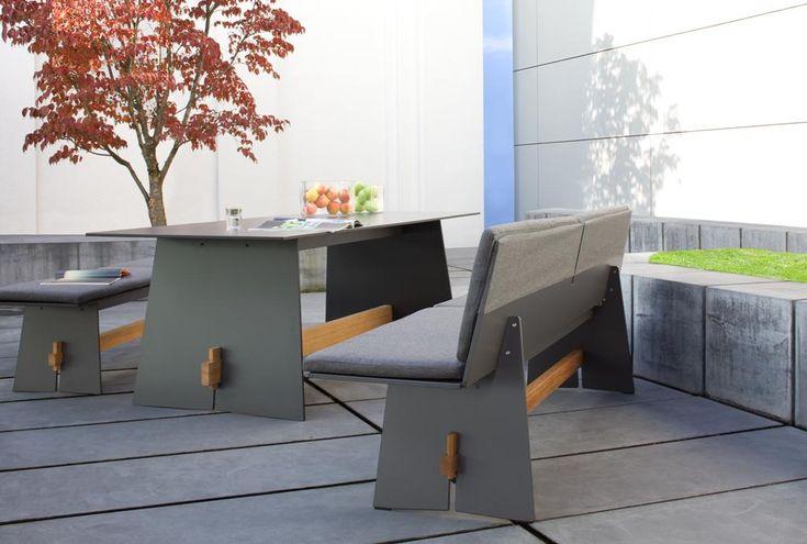 Stół oraz ławeczka z kolekcji Tension. Meble do ogrodu zostały wykonane z bardzo trwałego materiału HPL, który jest odporny na wszelkie otarcia, zmiany temperatur oraz wilgoć.