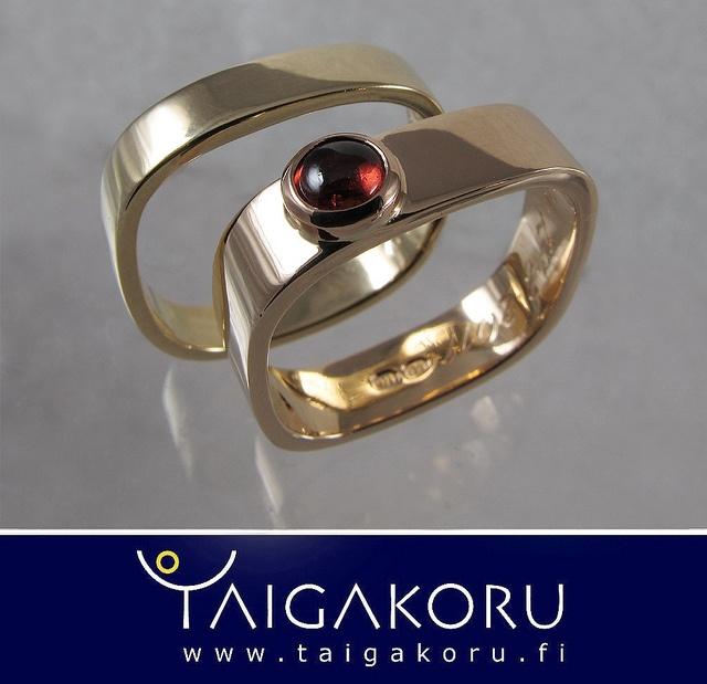 KVS92 Kultasormus, kihlasormus, vihkisormus, granaatti. Gold ring, wedding ring, engagement ring, garnet. www.taigakoru.fi by TAIGAKORU, via Flickr