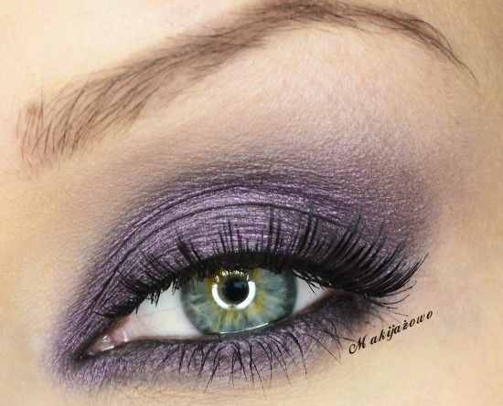 Simple Shimmery and Smokey Eye Makeup Look in Purple